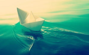 paper_ship_in_green_water-2560x1600